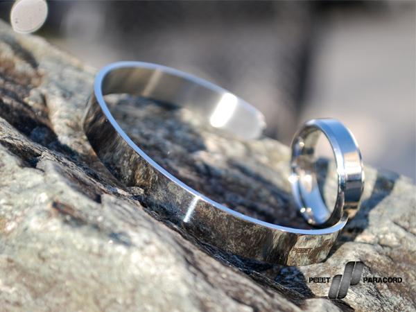 Lucent Silver szett: Megkönnyítjük a választást. Ha szettben vásárolsz mindig jobban jársz, mint ha darabonként válogatnád össze a dolgokat. Egy minimalista stílusú acél karkötő a hozzá illő gyűrűvel szuper választás, ha szereted az egyszerű, de mutatós dolgokat. Ha szettben veszed 20%-al jobban jársz! A szett tartalma: Lucent Silver karkötő Lucent ezüst színű gyűrű Díszdoboz