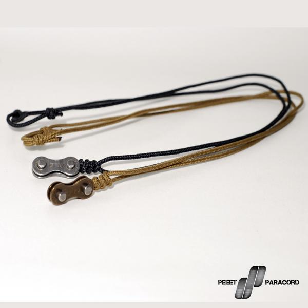 Fuel paracord nyaklánc: Az Enduro paracord karkötőhöz kiválóan párosított nyaklánc. A dizájn a már említett karkötőkhöz hasonlóan a bicikliláncra épül, ugyanakkor teljesen minimalista jellegű. Nincsenek felesleges elemek, csak a biciklilánc és a microcord. Mérete csúszócsomóval állítható, így eldöntheted, hogy mennyire lazán vagy feszesen szeretnéd hordani. Microcord alap Biciklilánc medál Dupla csúszócsomós zár Állítható méret A láncszemek meg vannak tisztítva, ugyanakkor kis mennyiségű zsír előfordulhat a láncszemeken! Esetlegesen tisztítást igényelhet! A lánc nem vízálló – Rozsdásodhat!