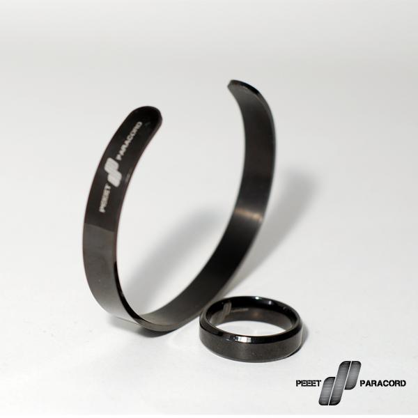 Lucent Black szett: Megkönnyítjük a választást. Ha szettben vásárolsz mindig jobban jársz, mint ha darabonként válogatnád össze a dolgokat. Egy minimalista stílusú acél karkötő a hozzá illő gyűrűvel szuper választás, ha szereted az egyszerű, de mutatós dolgokat. Ha szettben veszed 20%-al jobban jársz! A szett tartalma: Lucent fekete karkötő Lucent fekete gyűrű Díszdoboz