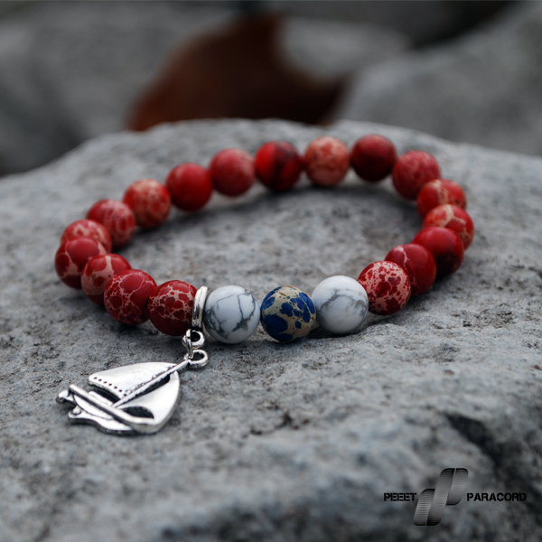 Sail Női ásvány karkötő: Egy igazi nyári kalandhoz. Vitorlás stílusú karkötő, a kék, piros és fehér kombinációival igazán illik a tengeri, hajós stílushoz. Megjelenése kicsit sportosabb, de akár hétköznapi viseletnek is tökéletes! Elasztikus magszál Tengeri jáspis ásványok Howlite ásványok Hajós charm