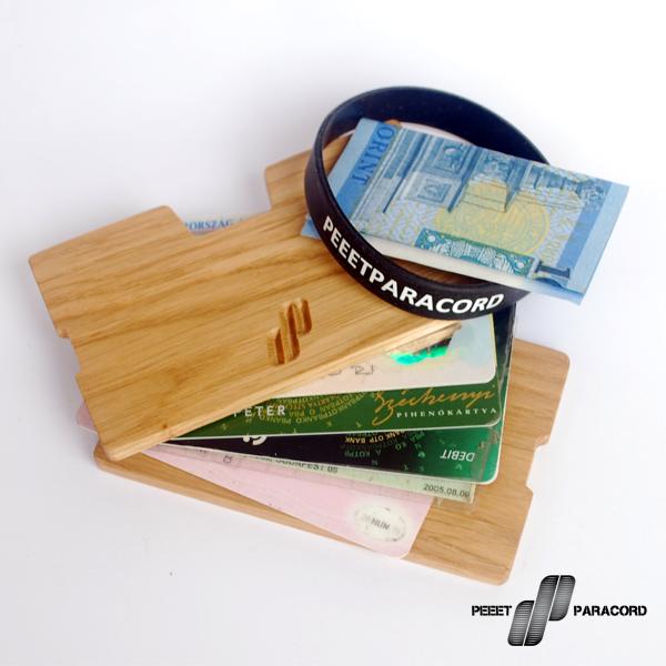 Panel fa-pénztárca: Dió- vagy Tölgyfából készültek 2 panel között tárolhatók a dolgok Szilikon gumi kártyarögzítés Szabványos bankkártya méretekhez igazítva 5-7 kártya kényelmes és stílusos tárolására alkalmas Mint ahogy azt észrevettétek, kicsit talán kezdünk kinőni a karkötőkből és olyan utakat is keresünk, amik lehetőséget adnak nektek arra, hogy igényes, stílusos kiegészítőkkel, használati tárgyakkal gazdagítsátok magatokat. Ezen az úton jutottunk el a Panel fa-pénztárcáig, ami nem csak szép, de praktikus is. Színházba, moziba, edzőterembe vagy éppen buliba fölösleges egy féltéglányi pénztárcát magunkkal cipelni. Szinte már mindenhol lehet bankkártyával fizetni, de bankjegyet is tárolhattok benne, az aprópénz meg marad a zsebben. Mivel elég minimál stílusú, így helyet spórolhattok és könnyebb is, mint egy hagyományos pénztárca. Remélhetőleg sokan fogjátok szeretni!