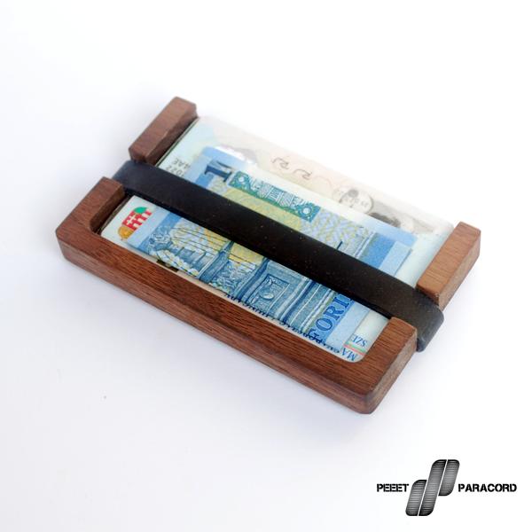 Stock fa-pénztárca: Dió- vagy Tölgyfából készültek 1 Darab faanyagból esztergált Szilikon gumi kártyarögzítés Szabványos bankkártya méretekhez igazítva 5-7 kártya kényelmes és stílusos tárolására alkalmas Mint ahogy azt észrevettétek, kicsit talán kezdünk kinőni a karkötőkből és olyan utakat is keresünk, amik lehetőséget adnak nektek arra, hogy igényes, stílusos kiegészítőkkel, használati tárgyakkal gazdagítsátok magatokat. Ezen az úton jutottunk el a Stock fa-pénztárcáig, ami nem csak szép, de praktikus is. Színházba, moziba, edzőterembe vagy éppen buliba fölösleges egy féltéglányi pénztárcát magunkkal cipelni. Szinte már mindenhol lehet bankkártyával fizetni, de bankjegyet is tárolhattok benne, az aprópénz meg marad a zsebben. Mivel elég minimál stílusú, így helyet spórolhattok és könnyebb is, mint egy hagyományos pénztárca. Remélhetőleg sokan fogjátok szeretni!